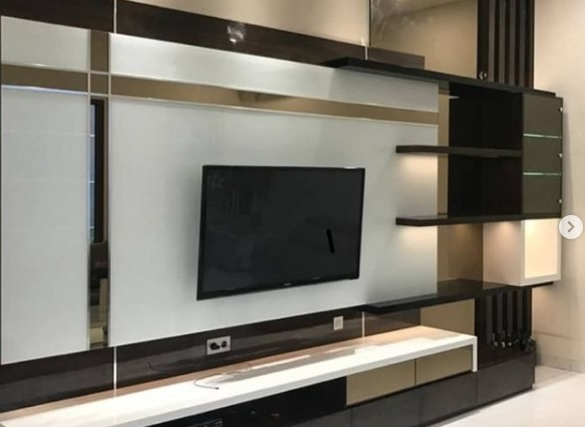 backdrop tv kaca